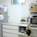 キッチンをより使いやすくスッキリと!大きなウッドシェルフをニトリのスリムなキッチンラックに収納をサイズアウト。食器棚上の巨大ホワイトボードも撤去して自作のデスクマットを敷きました。
